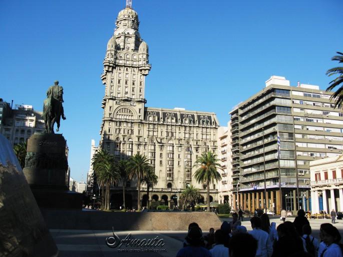 Palacio-Salvo- en -la- Plaza-Independencia-Montevideo-Uruguay